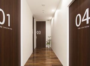 診療室の扉には番号がありますのイメージ